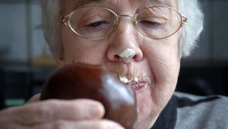 Dame geniet van een Bossche Bol van banketbakker Jan de Groot in Den Bosch, 2008. Beeld Marcel van den Bergh / de Volkskrant