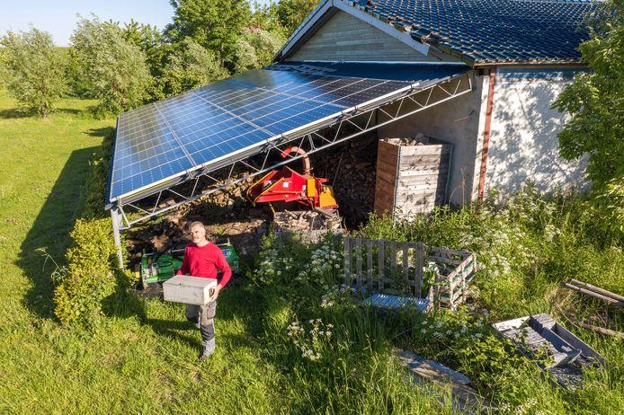 Frank van Gennip heeft 48 zonnepanelen op een afdak op zijn erf.