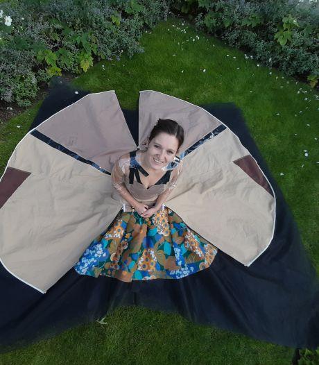 Marlies wint met jurk van tentdoek van vouwwagen