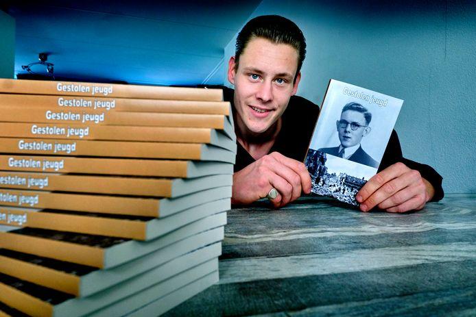 Schrijver Victor de Wit met zijn boek (RD/HW) FOTO: © VICTOR VAN BREUKELEN