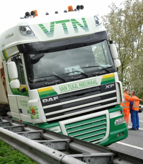 Vrachtwagen belandt in vangrail op Pleijroute in Arnhem; rijbaan afgesloten