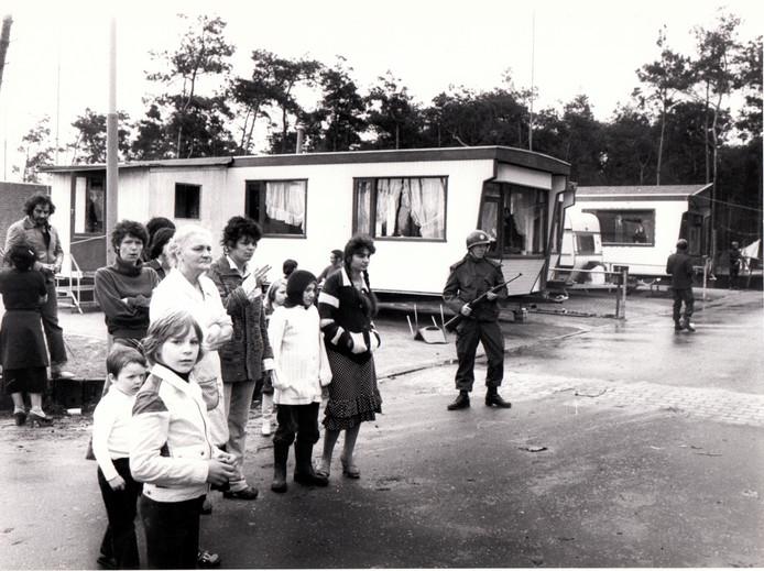 Politie zoekt naar gevluchte gevangenen op een woonwagenkamp in Best (1979).