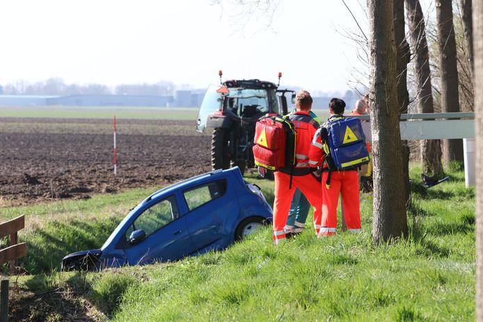 De auto kwam bij Kuinre door nog onbekende oorzaak in de sloot.