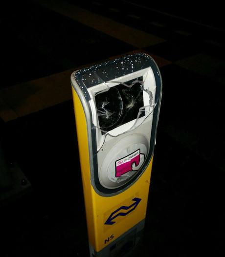 Incheckpaaltjes bij station Zuilen vernield