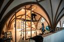 Helemaal in de nok van de kerk is de tweede verdieping: twee lokalen komen er onder de gewelven. De houten gebinten voor de glazen wanden worden geplaatst.