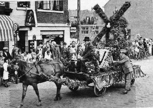 Koninginnefeest met bloemencorso in Eindhoven in 1933.
