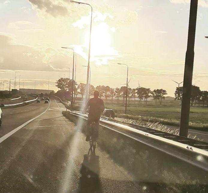 De man fietste over de vluchtstrook.