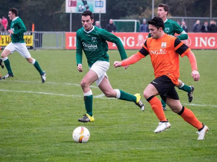 Titiano Staes van Zaamslag (links) in achtervolging op Terneuzense Boys-aanvaller Roy van Ham. FOTO Ronald den Dekker