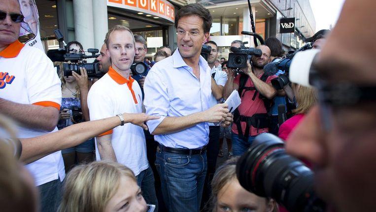 VVD-lijsttrekker Mark Rutte bezoekt de markt in Dordrecht tijdens de campagne voor de Tweede Kamerverkiezingen van 12 september. Beeld anp