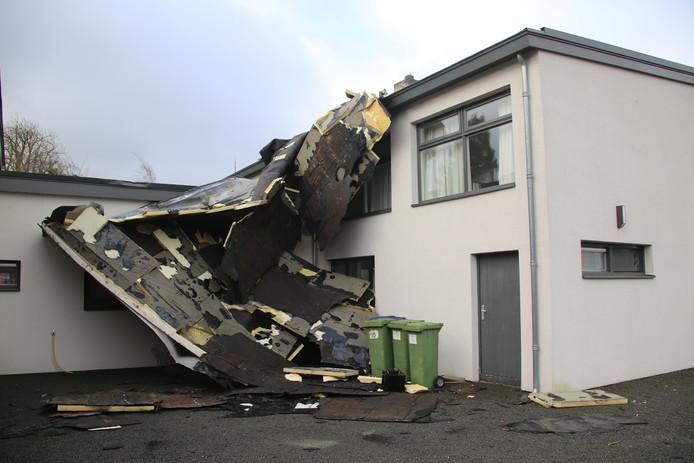 De storm blaast hele daken van woningen en bedrijfspanden.