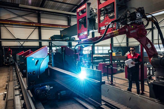 Lasrobot last plaat aan een staalconstructie bij Voortman in Rijssen. Het familiebedrijf was de grootste stijger en kwam binnen op plek 45.