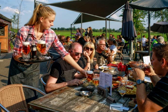De sfeervolle locatie en vriendelijke bediening compenseren het eenvoudige eten.