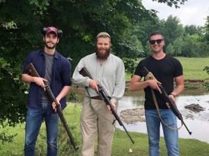 Louis Sarkozy pose fièrement avec une arme et s'attire les foudres des internautes