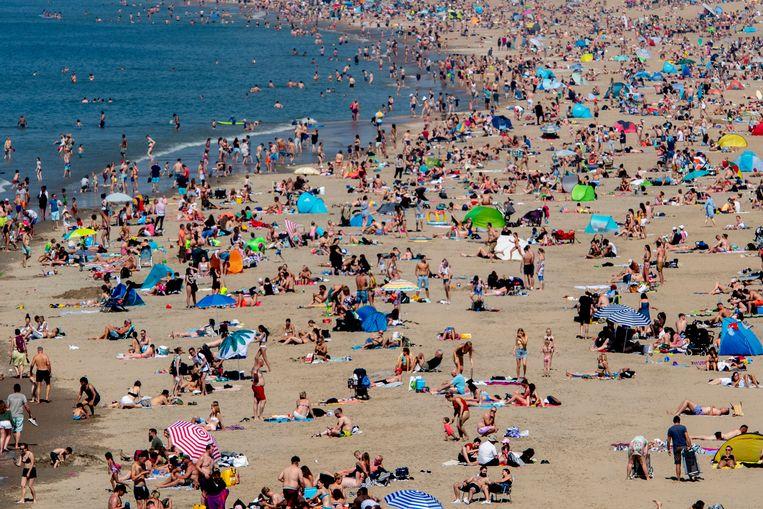Extreem druk op het strand van Scheveningen tijdens het mooie weer op Hemelvaartsdag.  Beeld Robin Utrecht
