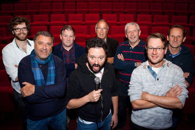 Ken, Stefaan, Toon, Bernard, Claude en John en Niko met stand-upcomedian Han Coucke (midden vooraan).