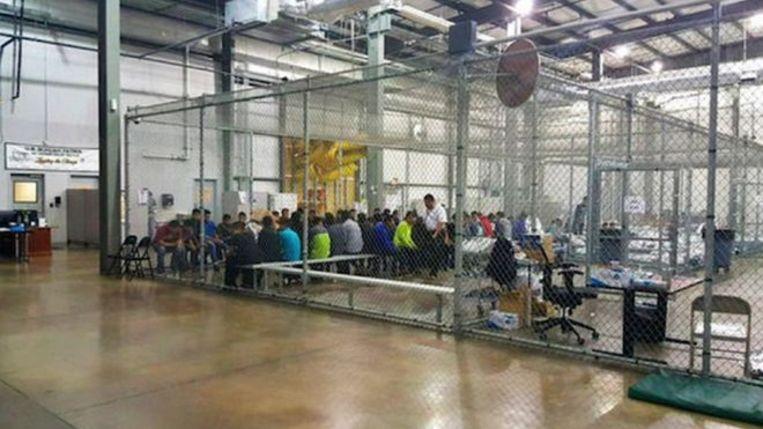 De kinderen van vluchtenlingen werden van hun ouders gescheiden en ondergebracht in detentiecentra. Vaak zelfs in kooien, zoals hier in Texas.