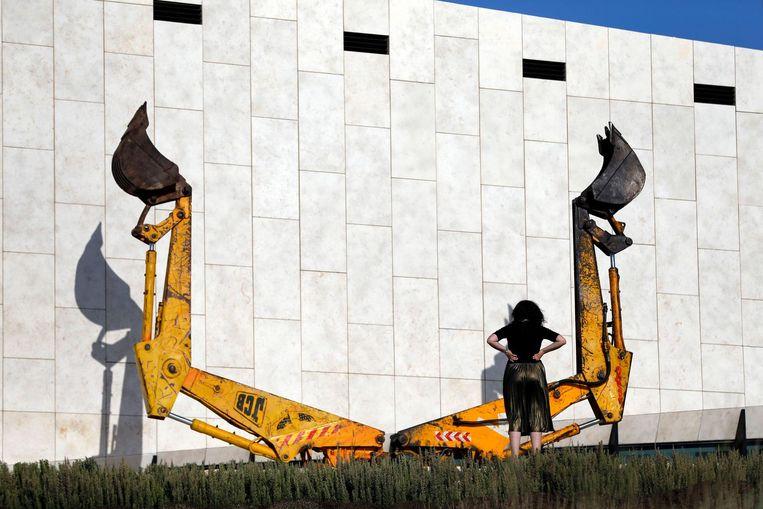 Een vrouw bekijkt een installatie bij het Palestijns Museum. Beeld afp