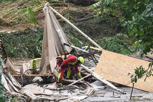 Reddingswerker bij een camping die door het noodweer is getroffen.