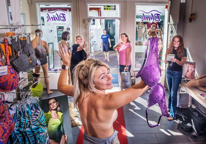 Free the nipple, steeds meer vrouwen lopen rond zonder bh. Op de foto: Lianne in lingeriezaak Blink.