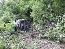 Bus schiet bos naast A28 in