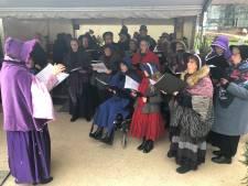 Bezoekers genieten van Dickenskoor op kerstmarkt