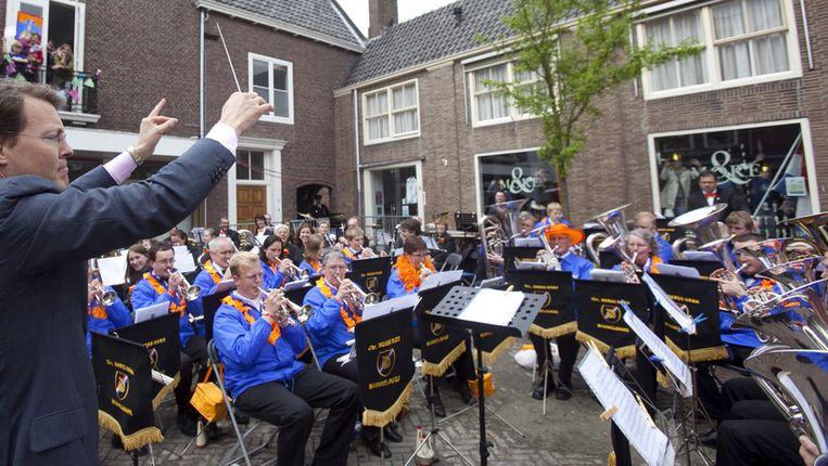 Koninginnedag 2010: Prins Constantijn neemt het dirigeer stokje in Middelburg ter hand. Beeld anp