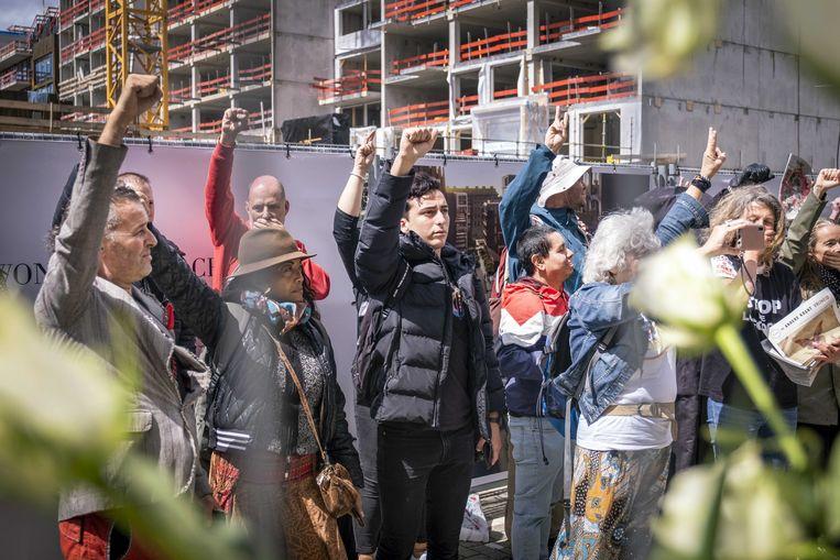 Demonstranten voor het gebouw waar Het Parool, Trouw en de Volkskrant zijn gehuisvest.  Beeld ANP
