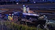 Bestuurder verliest controle over stuur, gaat door hekwerk en belandt naast treinsporen