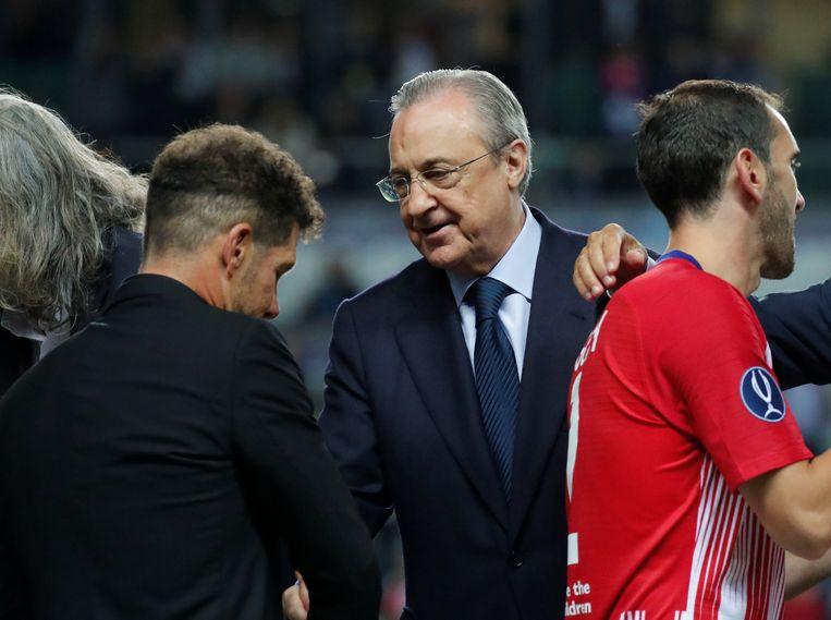 Florentino Perez feliciteert Diego Simeone met de winst. En denkt ongetwijfeld aan versterking voor zijn Koninklijke.