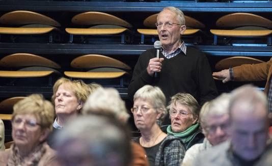 Een inspreker vanuit de zaal bij het eerste Berkellandse verkiezingsdebat in Neede.