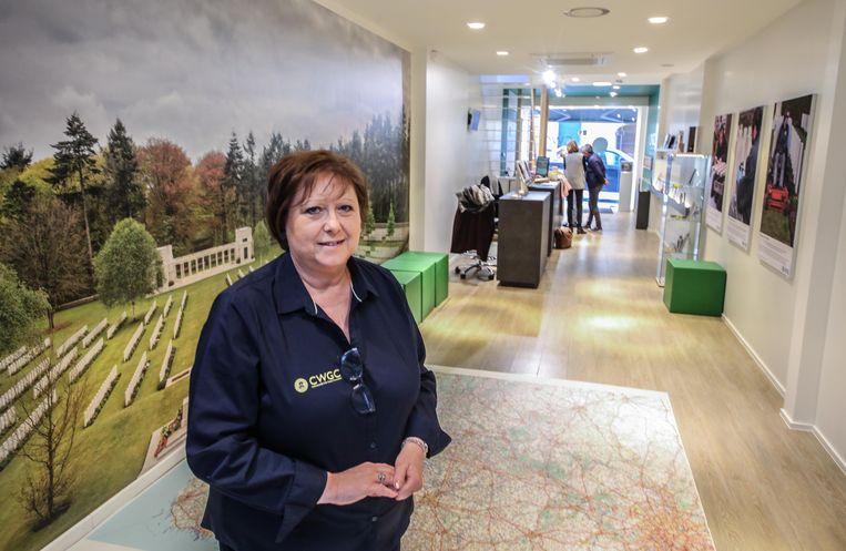Marleen Devos helpt bezoekers in het CWGC-informatiecentrum.