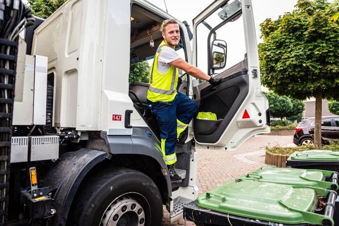 Bradley Ooijendijk (21) uit Gouda is vuilnisman. Woensdag haalt hij het GFT afval op, onder meer in Nieuwkoop.