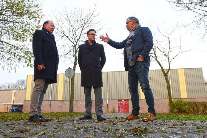 Peter Hendrix (links, bestuursvoorzitter van Stichting Uniek), wethouder MIke Hofkens en directeur van de Wilsdonck Guido van Gils bekijken de potentiële locatie voor de nieuwbouw van de school.