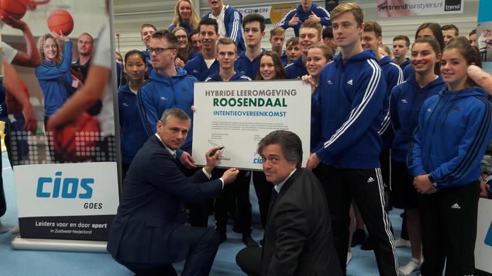 Wethouder Toine Theunis (l.) en bestuursvoorzitter Hendrik-Jan van Arenthals van onderwijsorganisatie Scalda zetten hun handtekening onder de plannen.