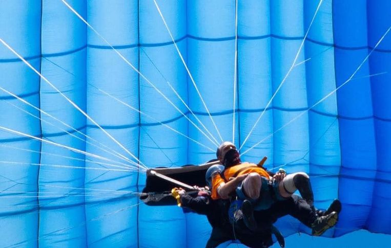 Chris Marckres verloor zijn beenprothese bij een tandemsprong met skydiven.