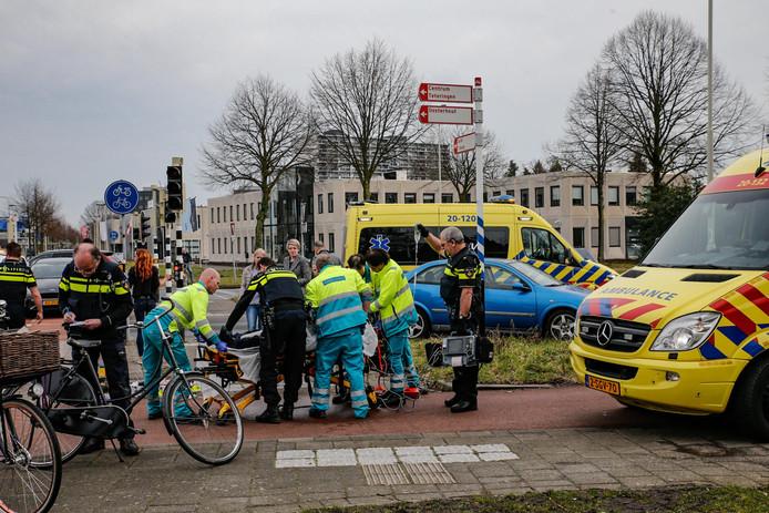Een man is door nog onbekende oorzaak zwaargewond geraakt op het fietspad ter hoogte van de kruising Heerbaan met de Tilburgseweg in Breda.