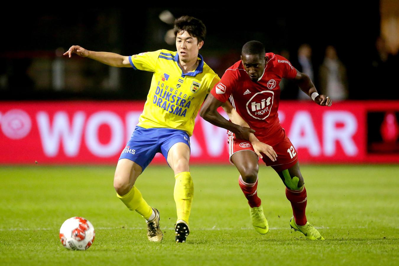 Sai van Wermeskerken (l) in duel met Torino Hunte van Almere City.