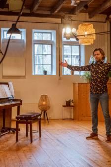 Zangpedagoog Bert uit Zwolle zingt nu elke zaterdag online, met duizenden anderen: 'geef je hart een glimlach'