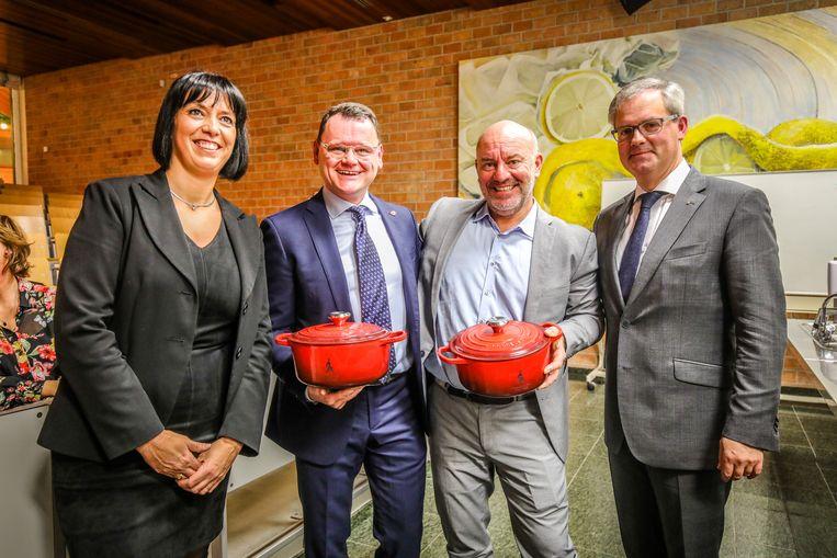 Oud-leerlingen Kris Lismont en Piet Huysentruyt zijn ambassadeurs van hotelschool Ter Duinen. Tim Van der Valk ontbreekt.