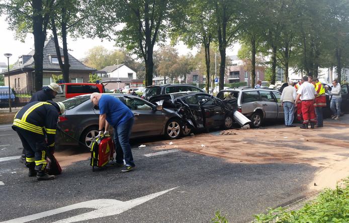 Zwaargewonde bij ongeval met vijf auto's in Kleef.