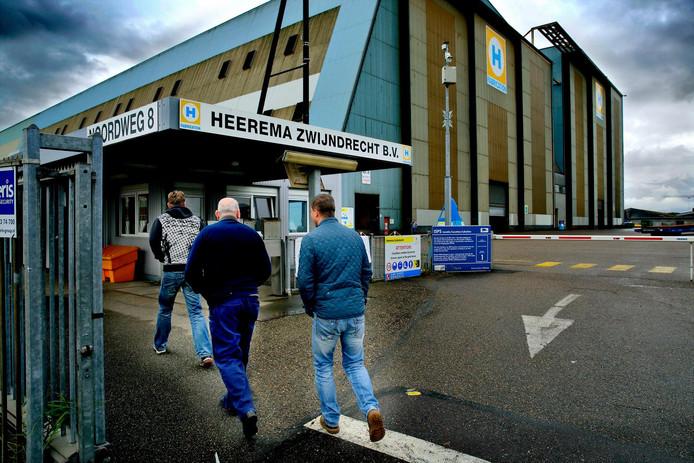 Het terrein van Heerema met de bekende hallen op de achtergrond.