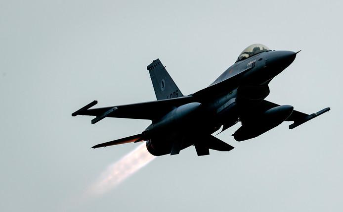 Een Nederlandse F-16 boven vliegbasis Volkel.