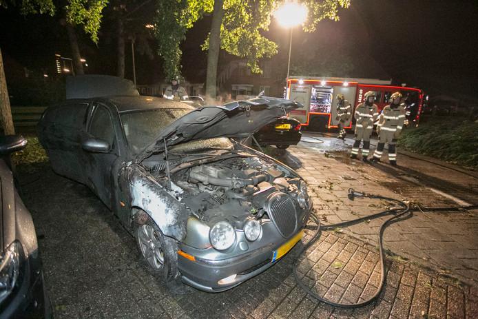 Een Jaguar in Arnhem ging in vlammen op.