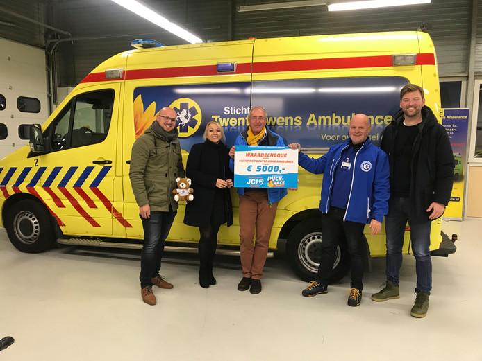 Wouter Markvoort, Carina van der Veen, Henk Dassen,  John Westbroek en Pim Lindeman (van linksaf) tijdens het  overhandigen van de cheque.