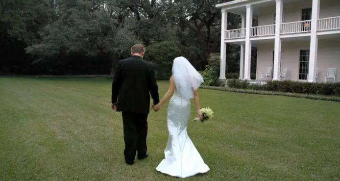 Des mariés qui se promènent sur le terrain d'une plantation du sud.