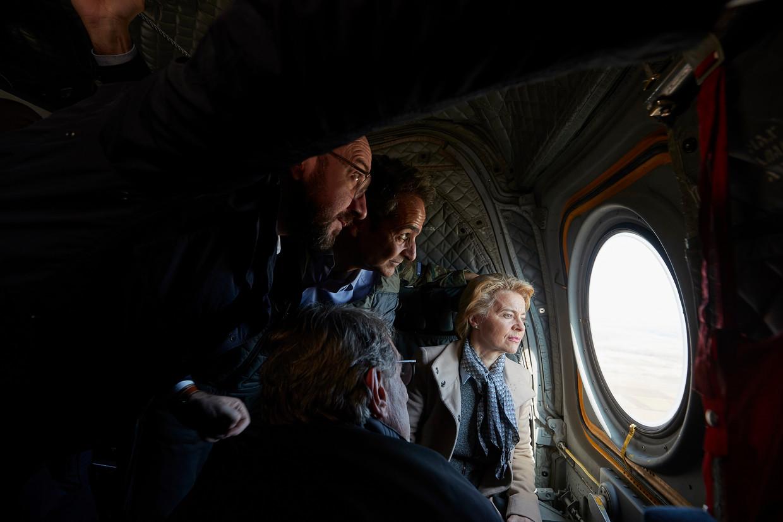 Ursula von der Leyen (rechts), voorzitter van de Europese Commissie, inspecteert met onder anderen de Griekse premier Kyriakos Mitsotakis (tweede van rechts) en voorzitter van de Europese Raad Charles Michel (naast Mitsotakis) de Grieks-Turkse grens en de vluchtelingen daar.