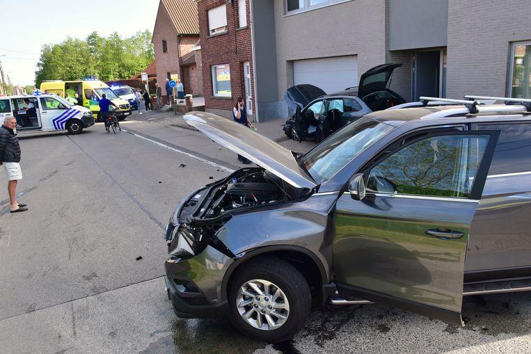 Door de klap werden beide voertuigen weggeslingerd.