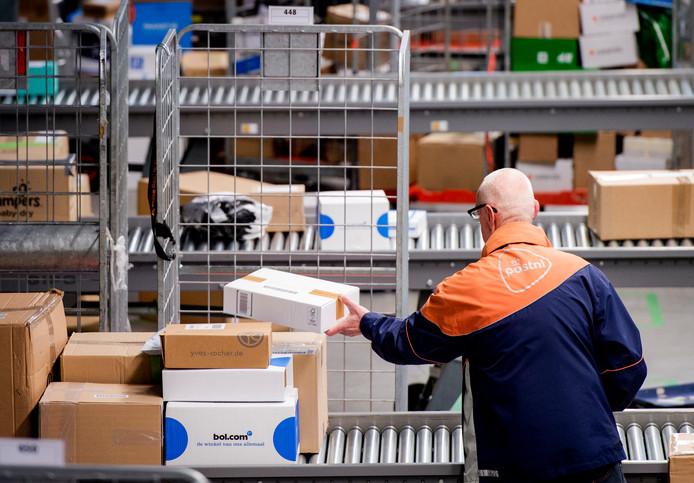 Bij PostNL moeten ze flink aan de bak om pakketten op tijd af te leveren.