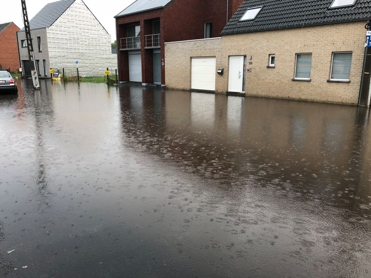 Het water bleef net onder de huizen hangen.