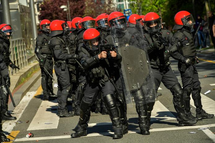 De Baskische anti-oproerpolitie treedt op tijdens betogingen tegen de bijeenkomst van de extreemrechtse partij Vox in Bilbao.